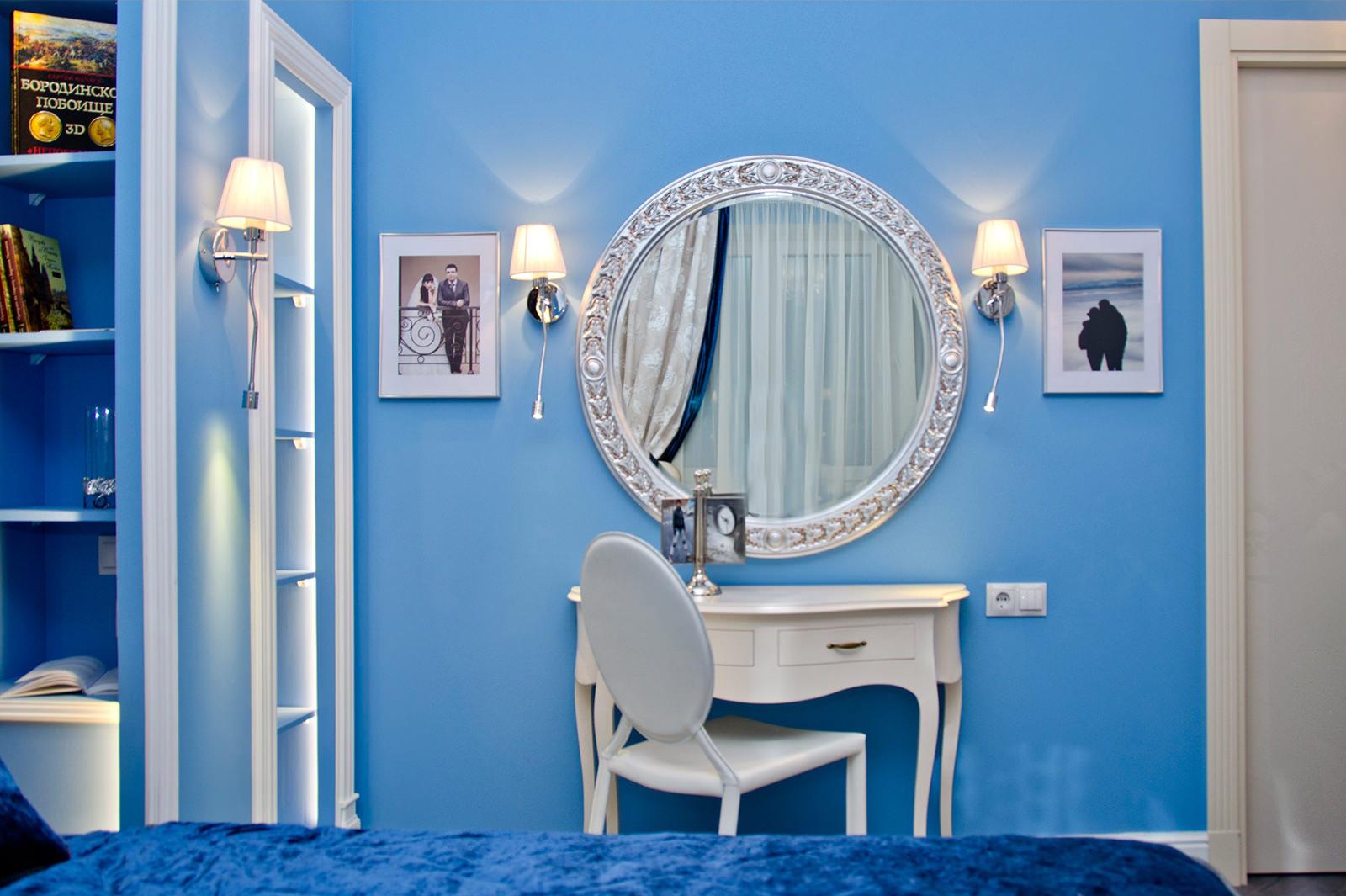 Синий текстиль и голубые стены в спальне