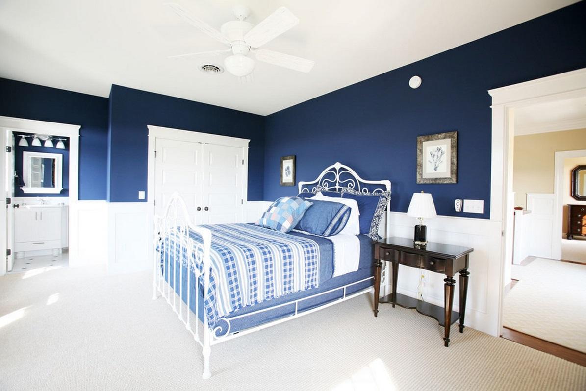 Бело-синие стены в спальне