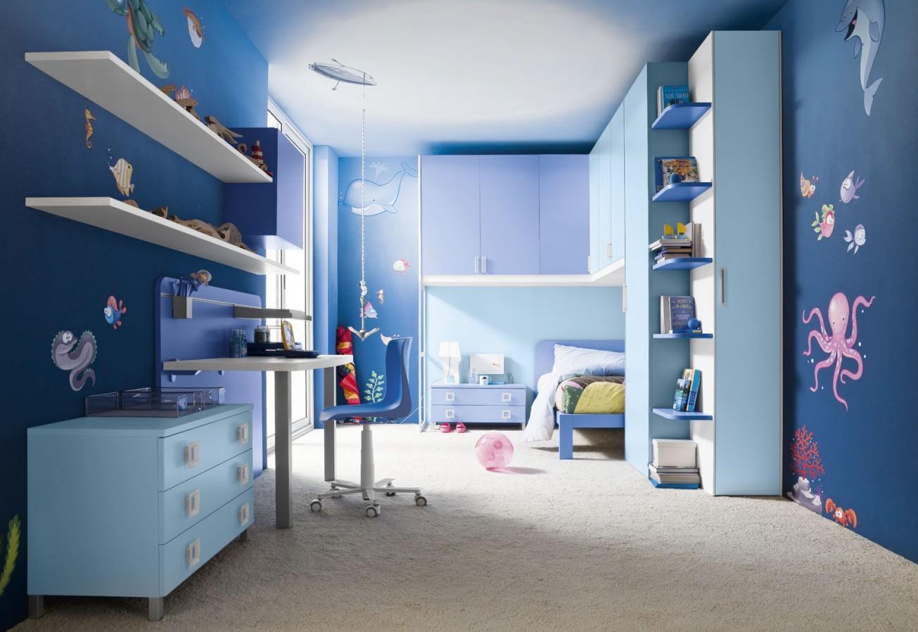 Синие стены и мебель в детской комнате