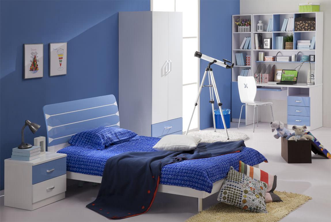 Синие стены и другие акценты в детской комнате