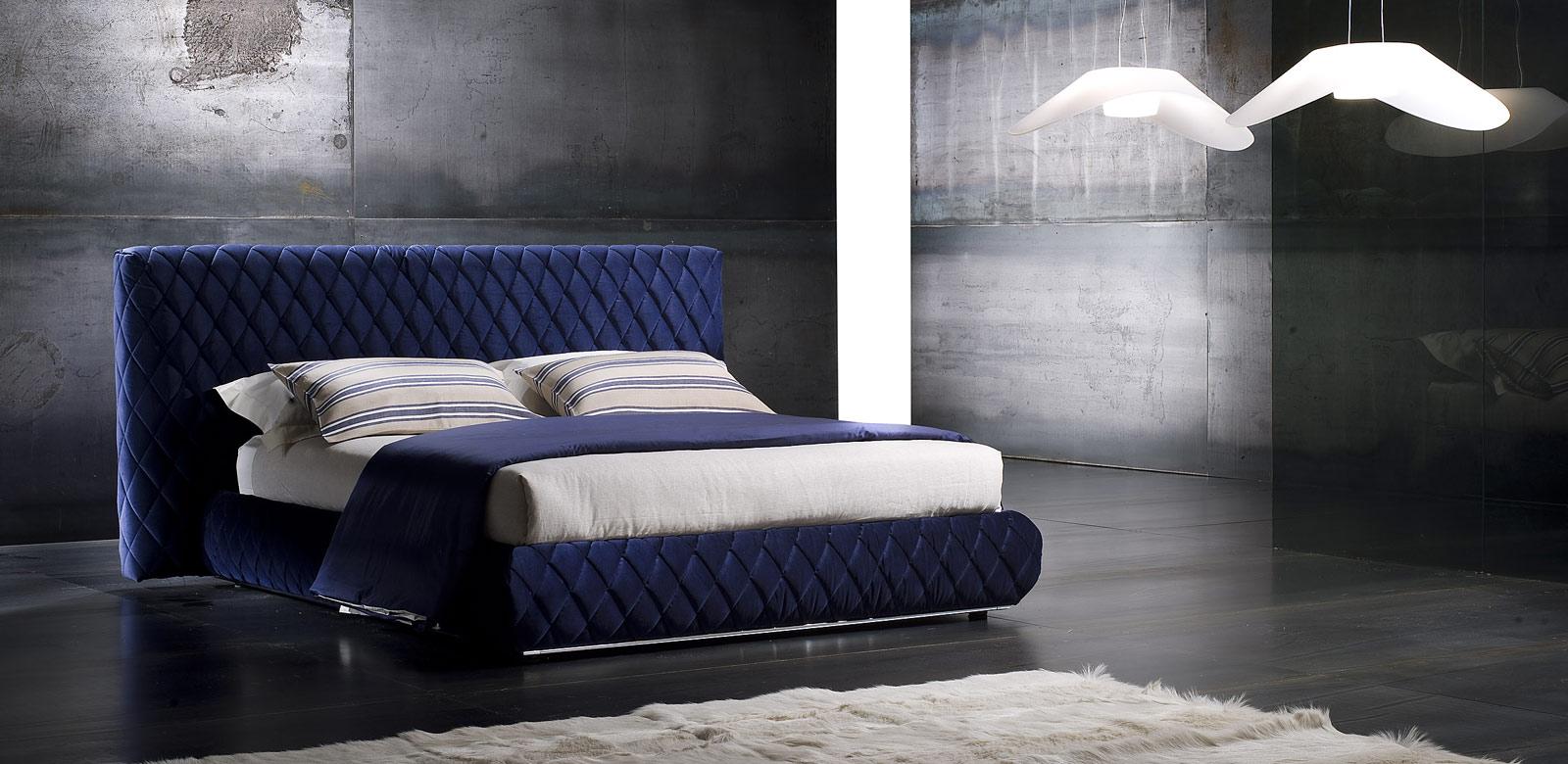 Синяя кровать в спальне