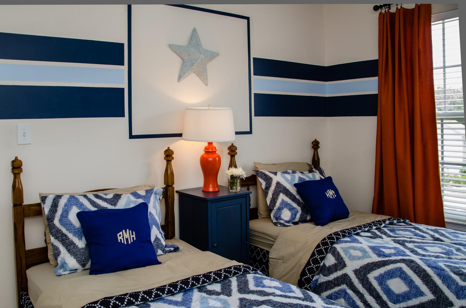Синий, красный, бежевый и белый цвета в спальне