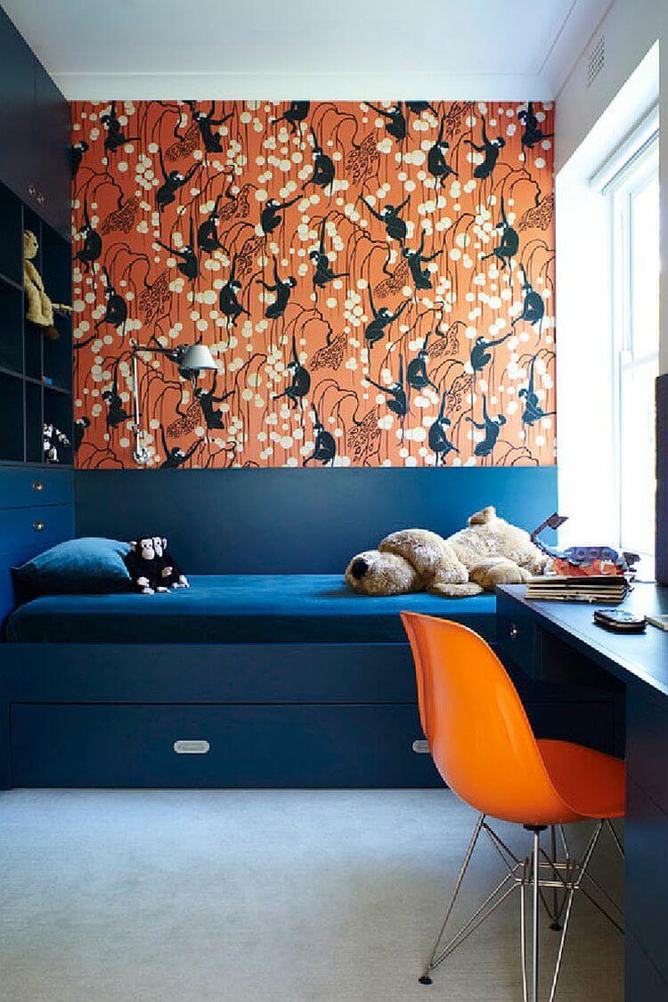 Синий, оранжевый и белый в интерьере комнаты подростка