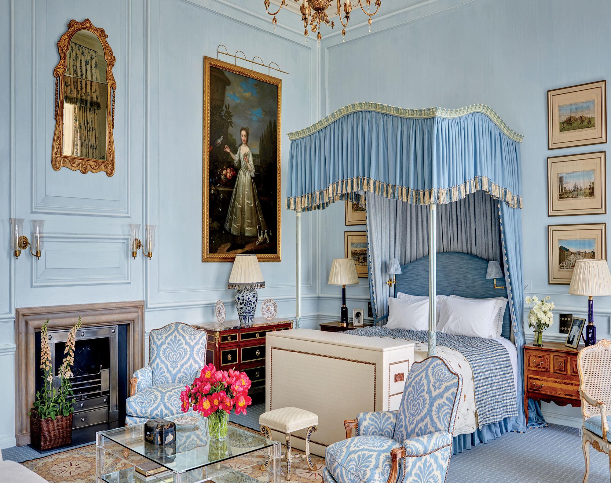 Светло-синий цвет в интерьере спальни в стиле ампир