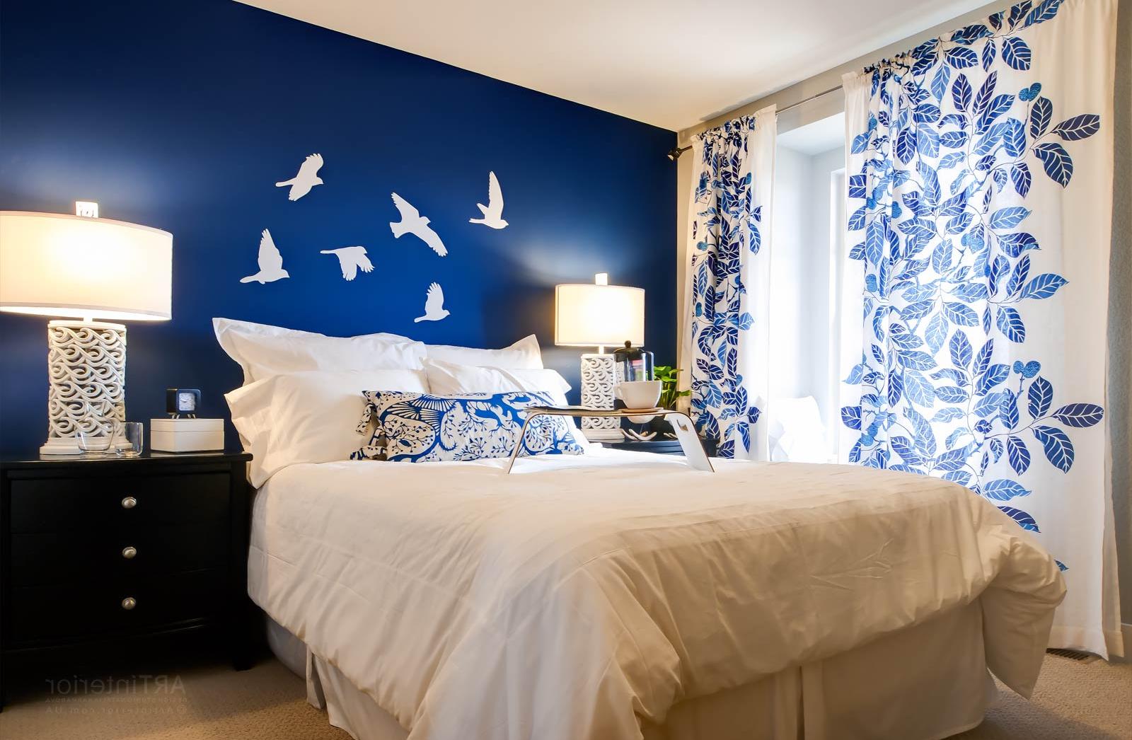 Сине-белая стена и шторы в спальне