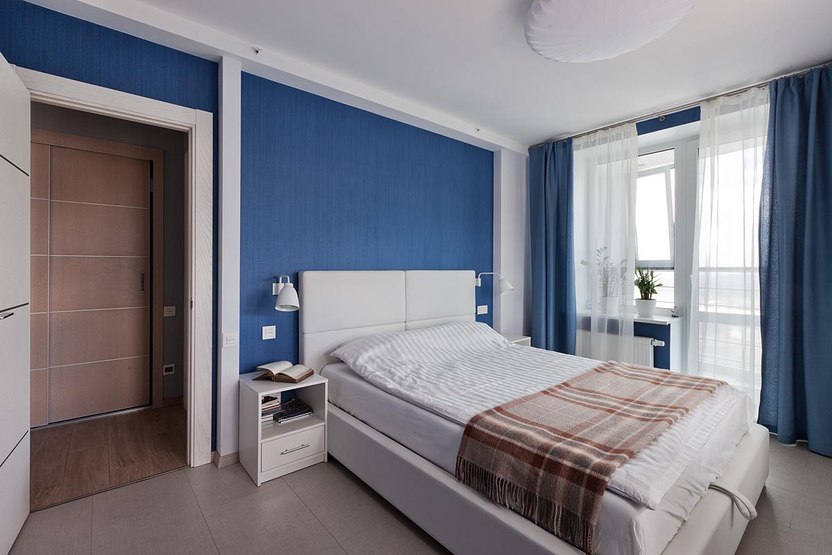 Сине-белая спальня с круглой люстрой