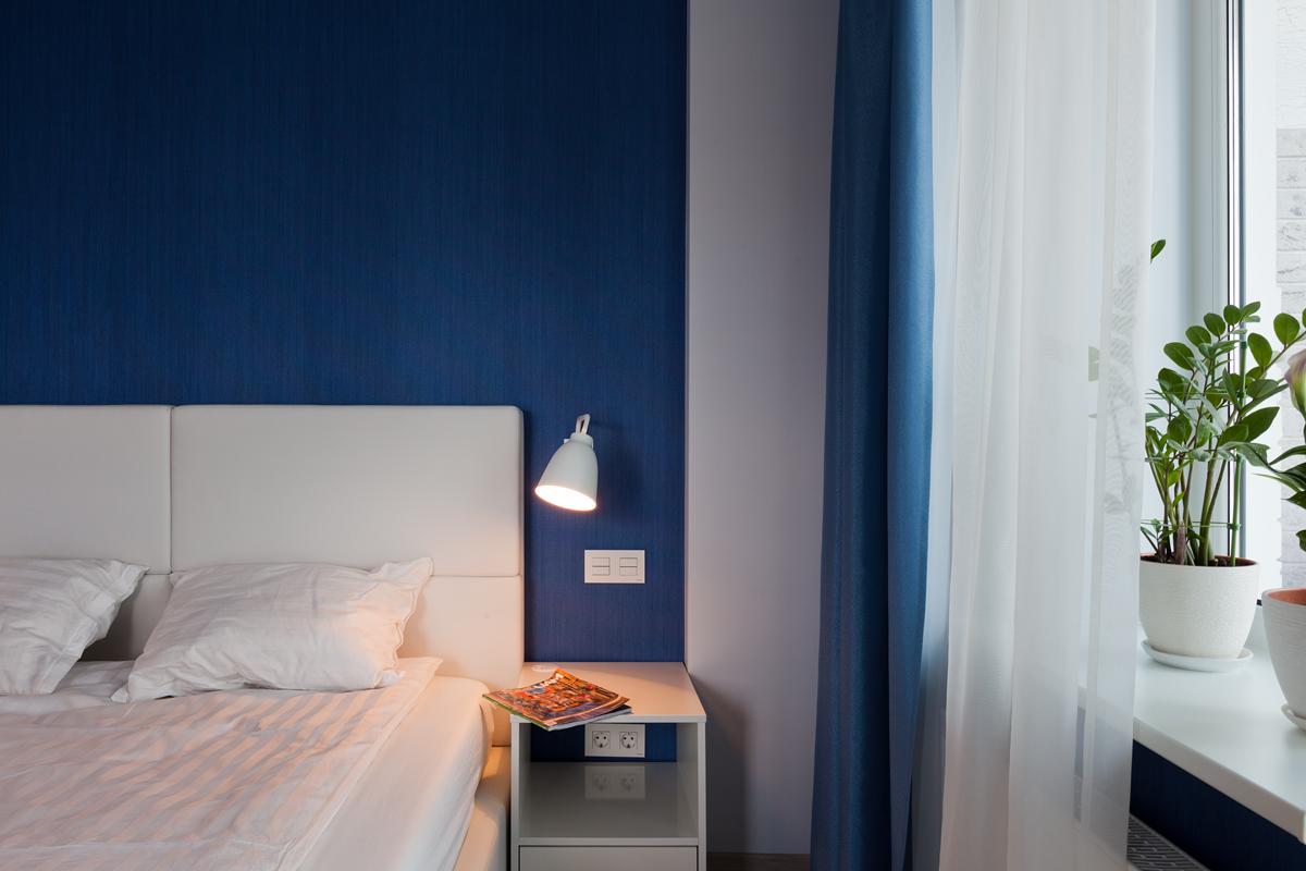 Настенная лампа в сине-белой спальне