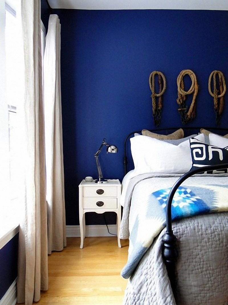 Прикроватная лампа в сине-белой спальне