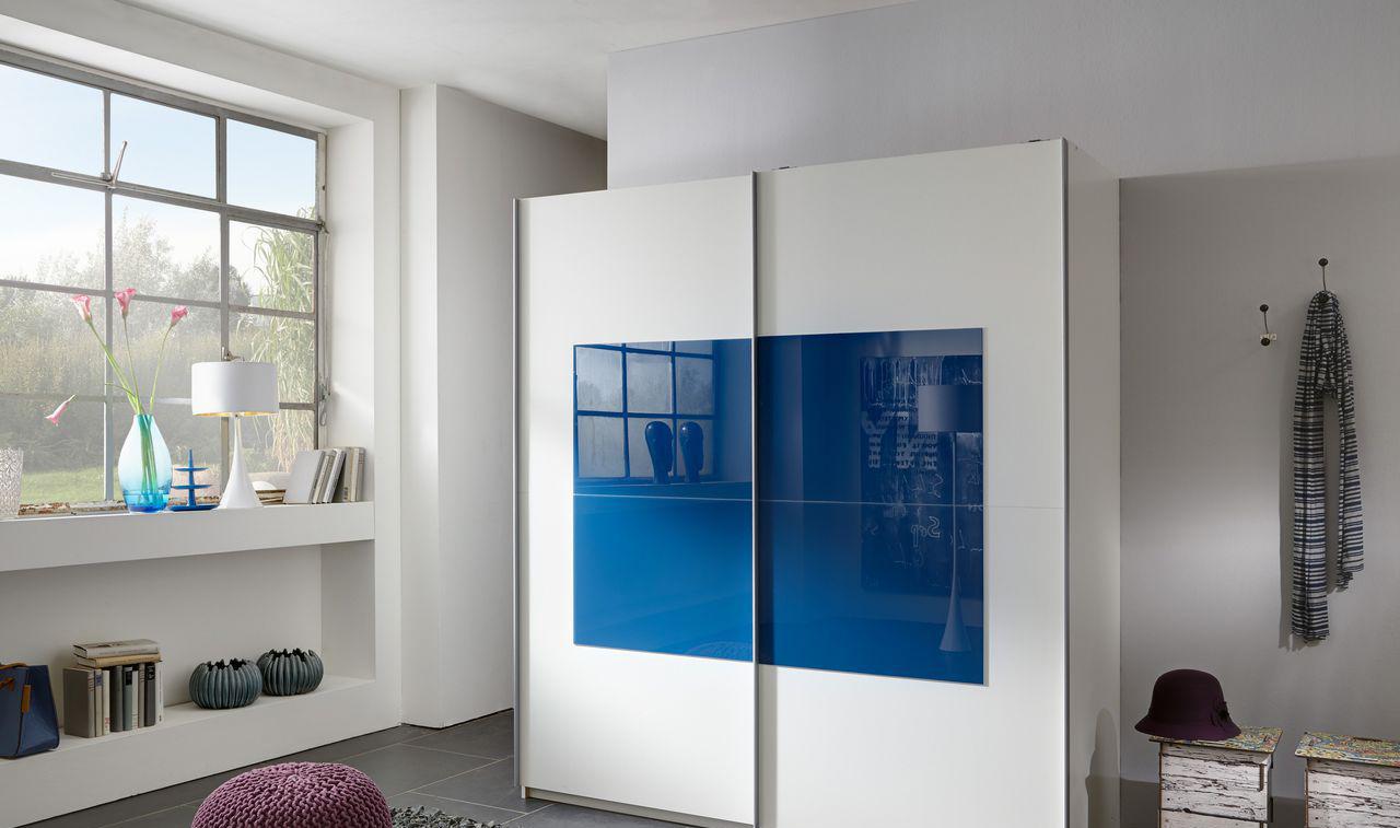 Сине-белый шкаф в спальне