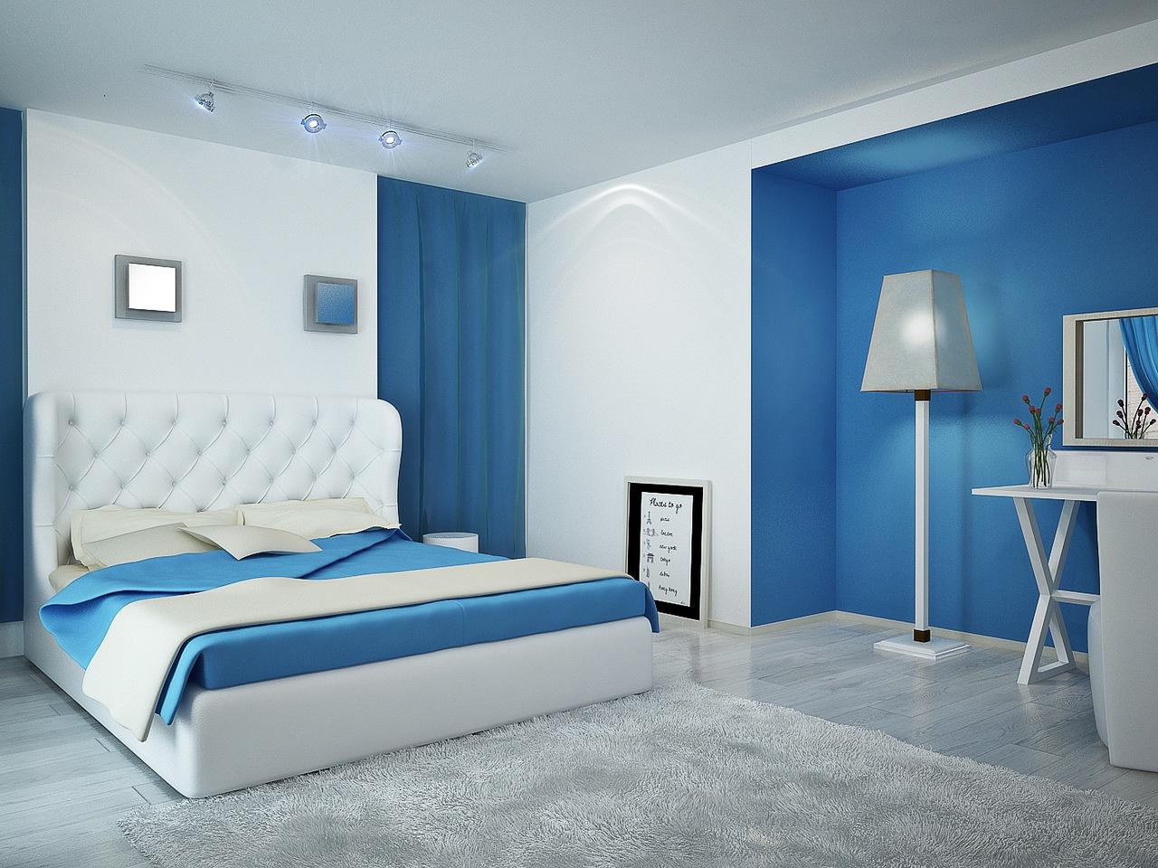 Разные типы освещения в сине-белой спальне