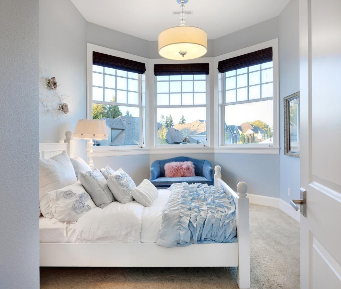 Синее кресло в белой спальне