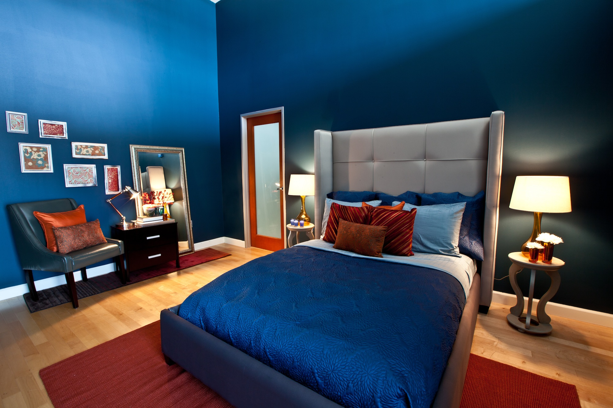 Синий, красный, серый и бежевый цвета в спальне