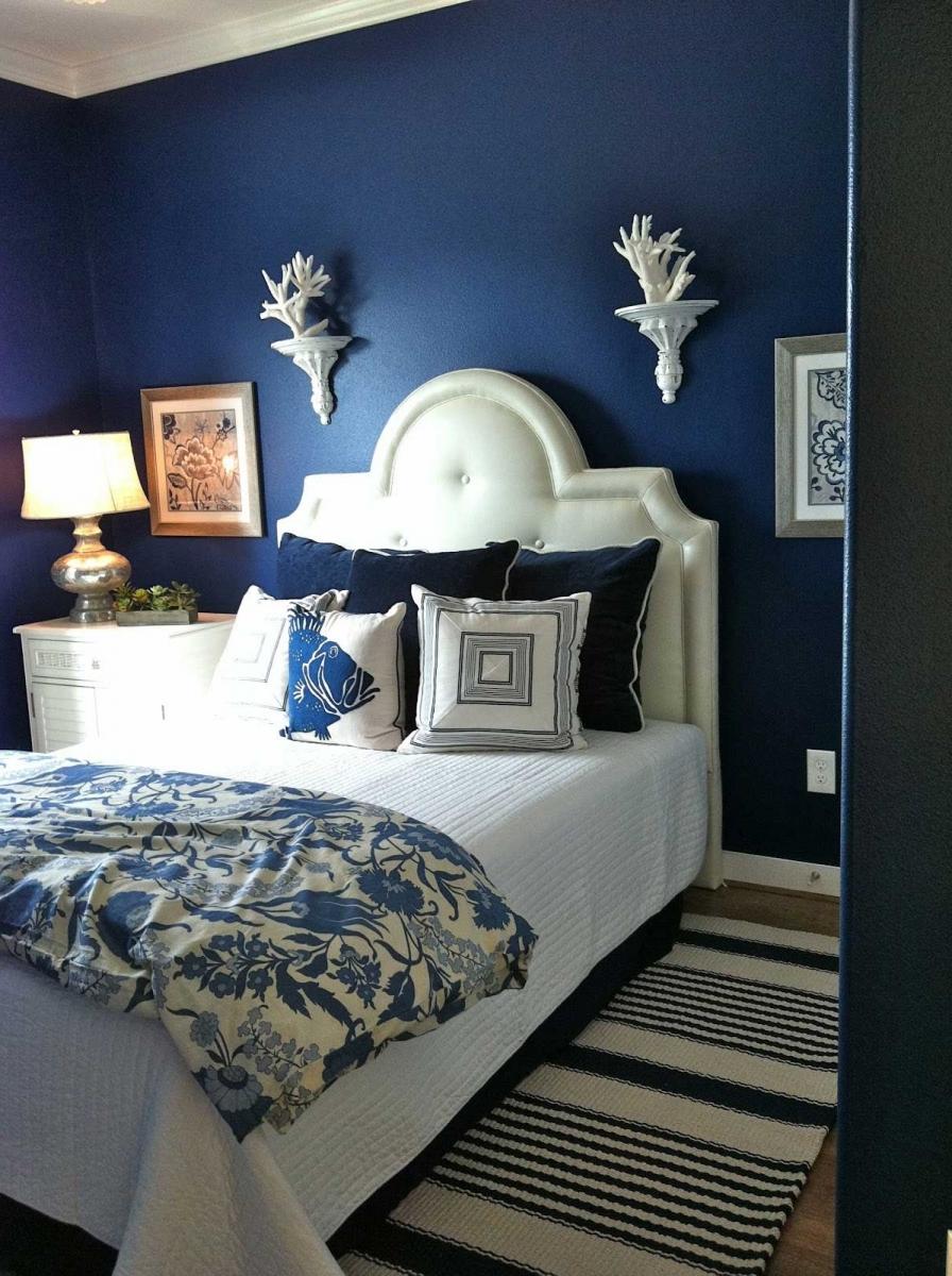 Стильная сине-белая спальня