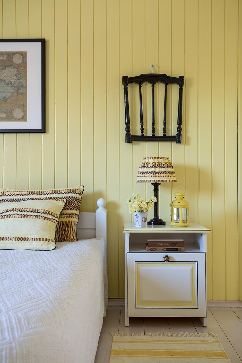 Желто-белая мебель в спальне