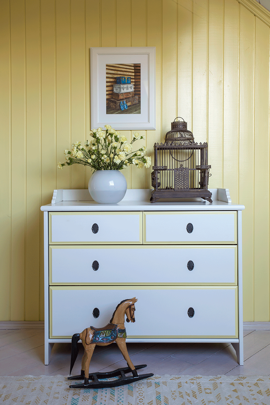 Желто-белый комод и красивый декор для спальни