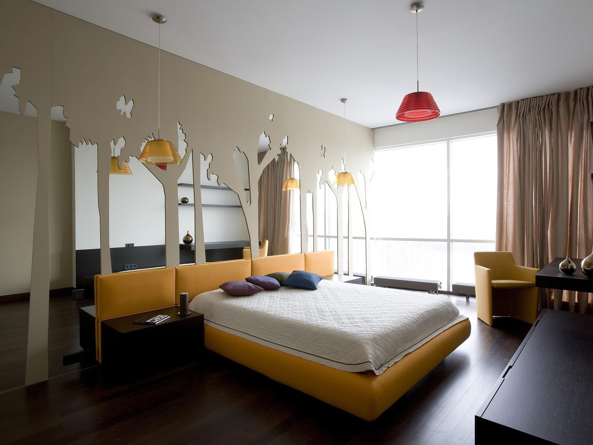 Красивые зеркала и другой декор для спальни с желтыми акцентами