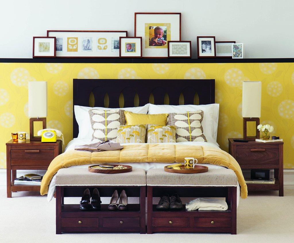 Желтая стена и постельное белье в спальне