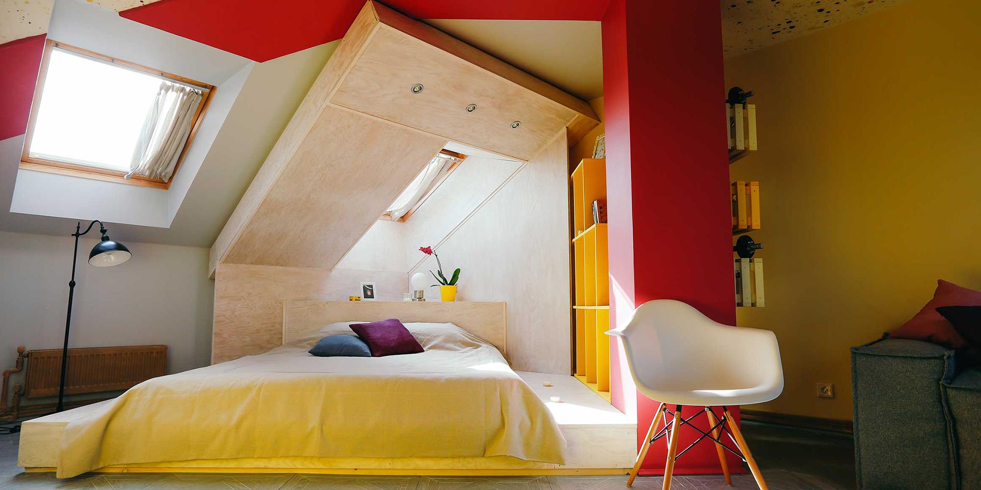 Желтые акценты в мансардной спальне