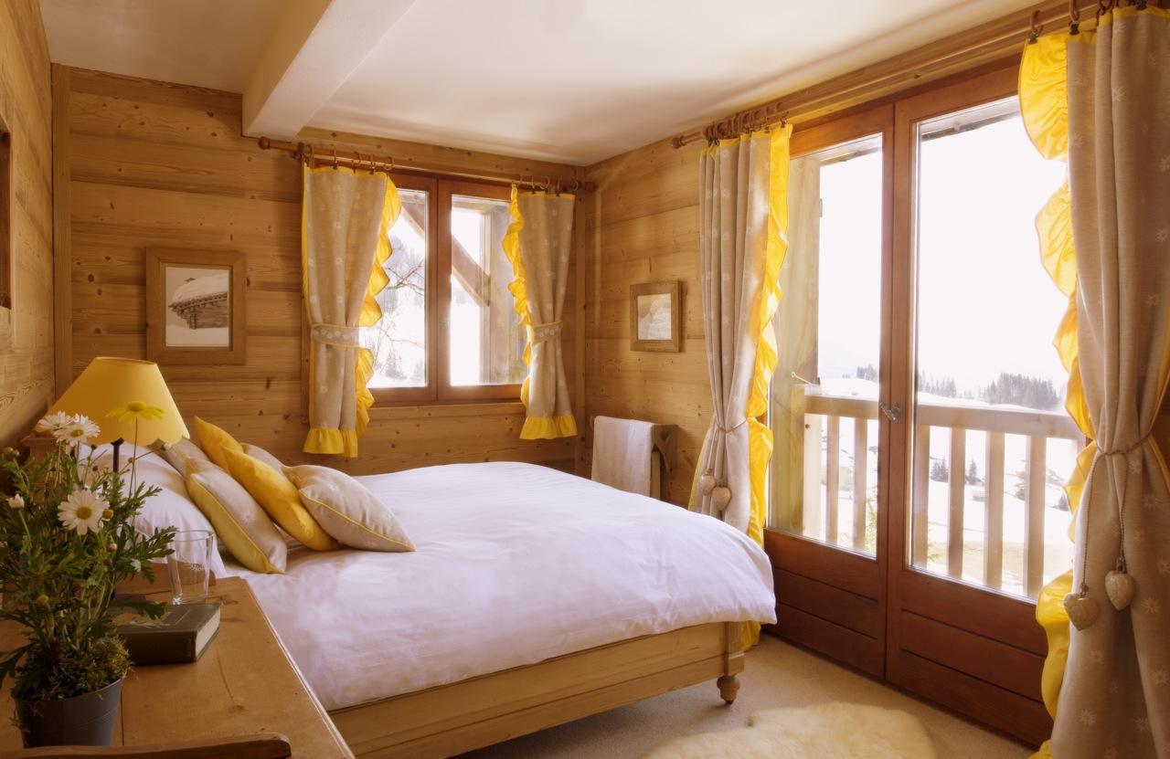 Коричнево-желтая спальня