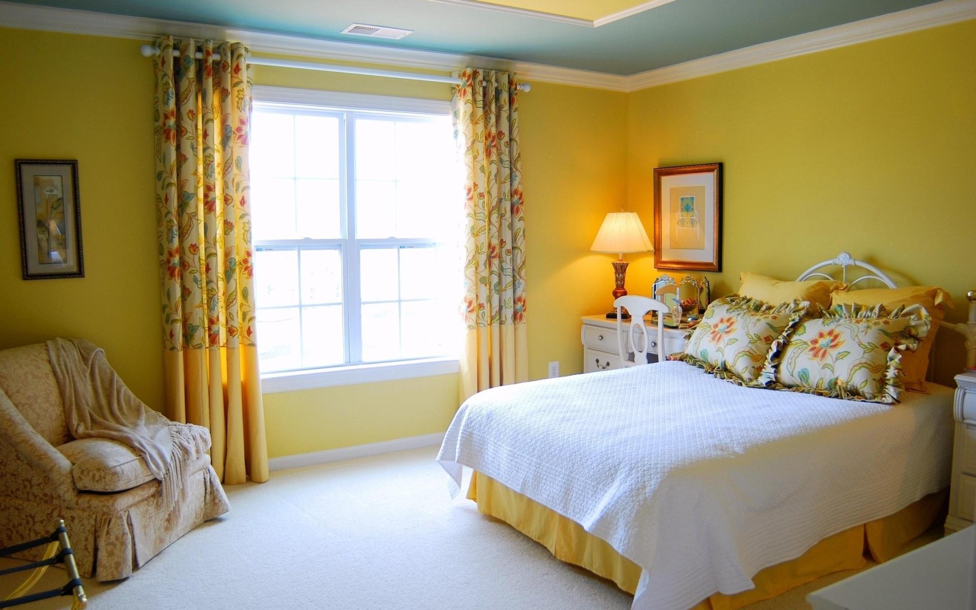 Бирюзово-желтая спальня