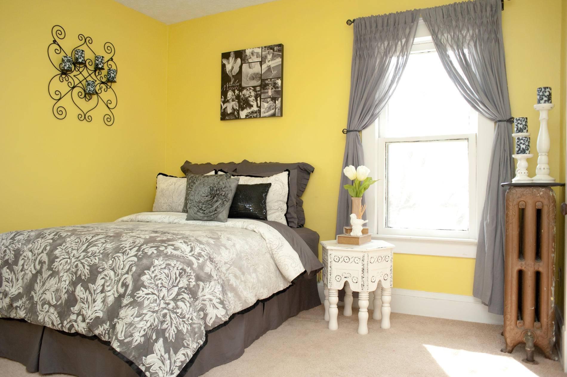 Сочетание желтого, серого и белого цветов в спальне