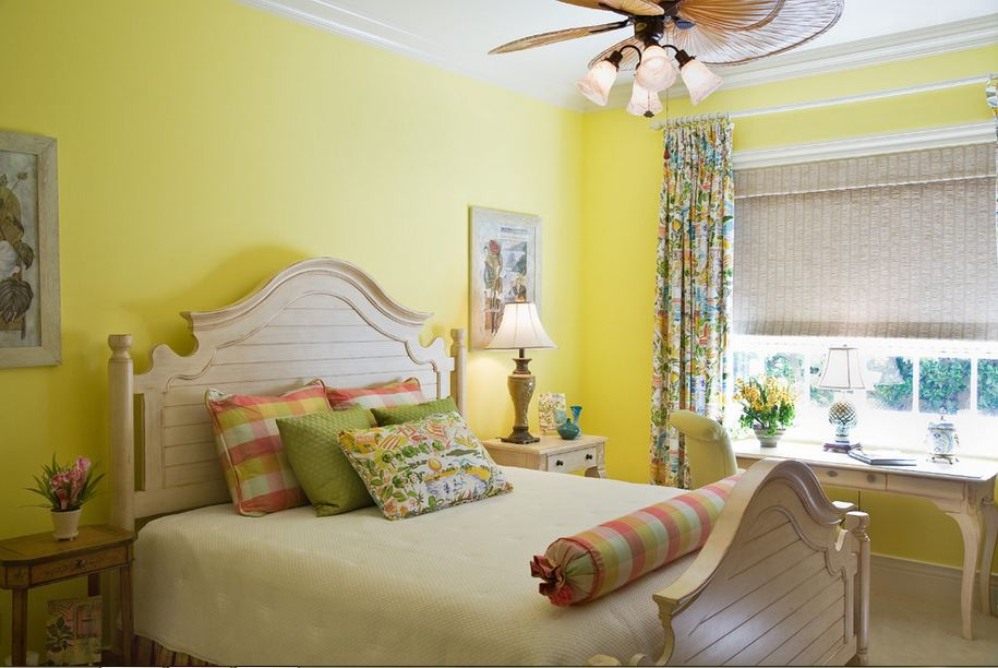 Белый потолок в спальне с желтыми стенами