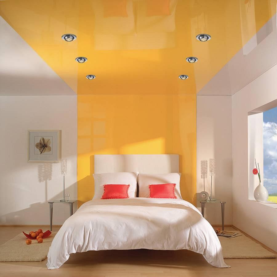 Точечное освещение и настольные лампы в бело-желтой спальне