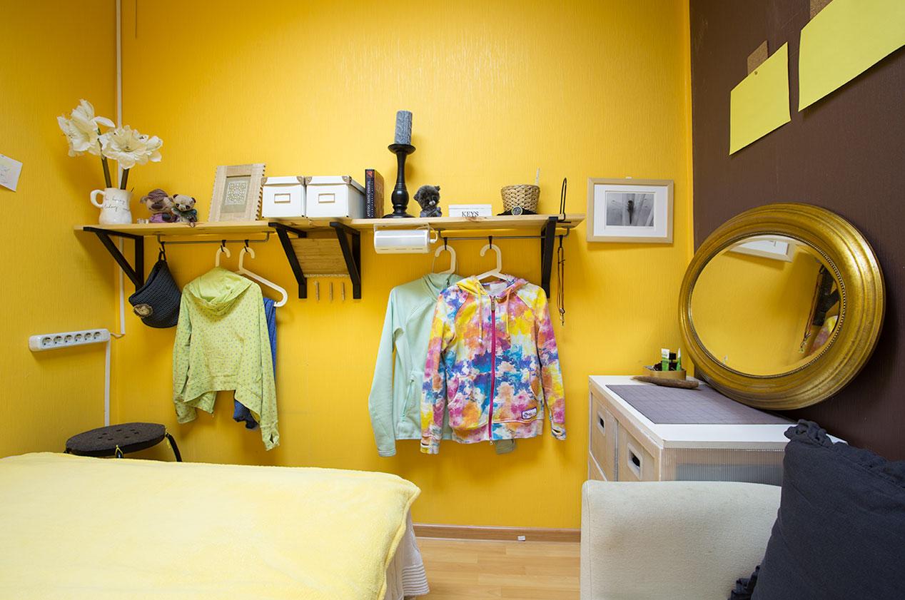 Простой декор черно-желтой спальни