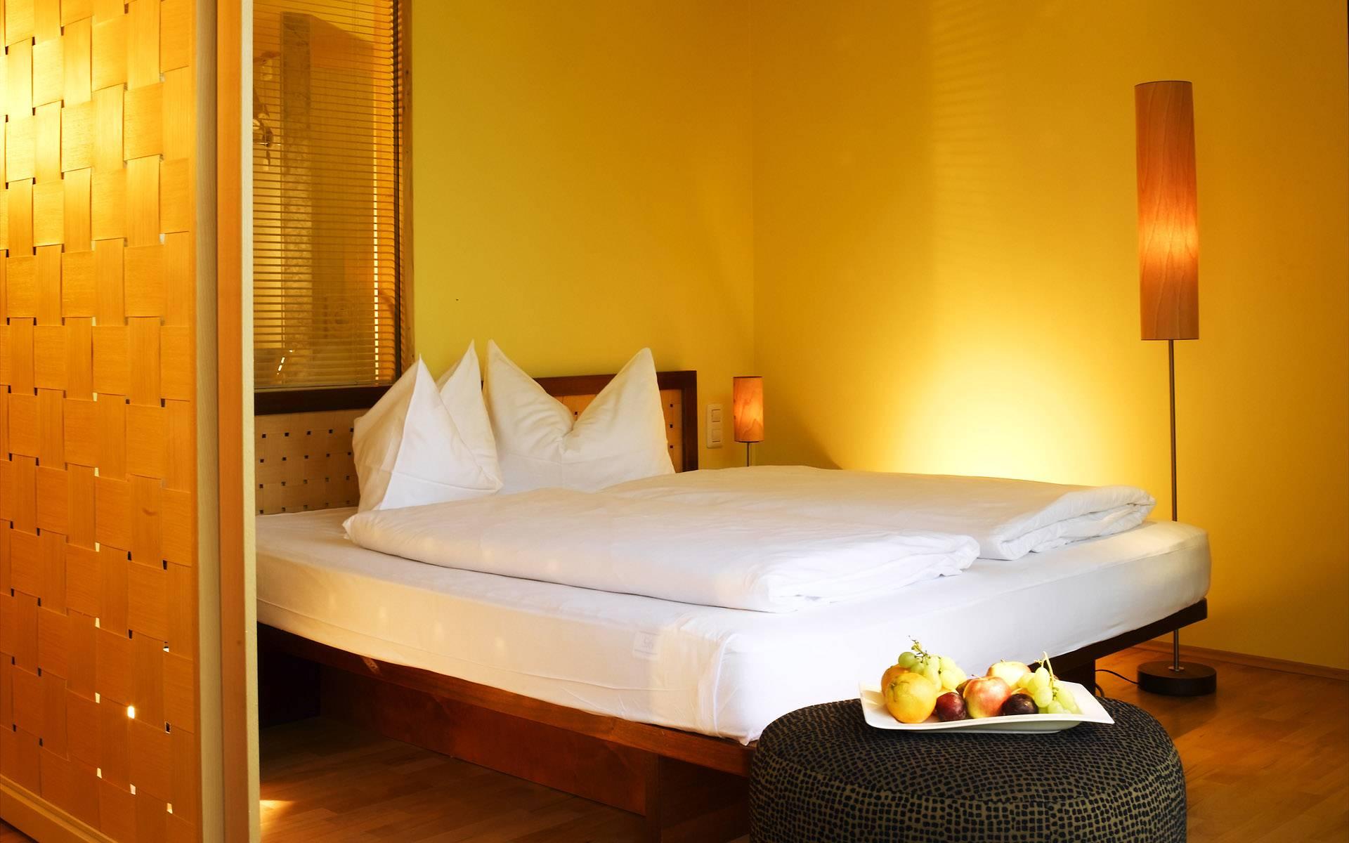 Желтый, белый и коричневый цвета в интерьере спальни