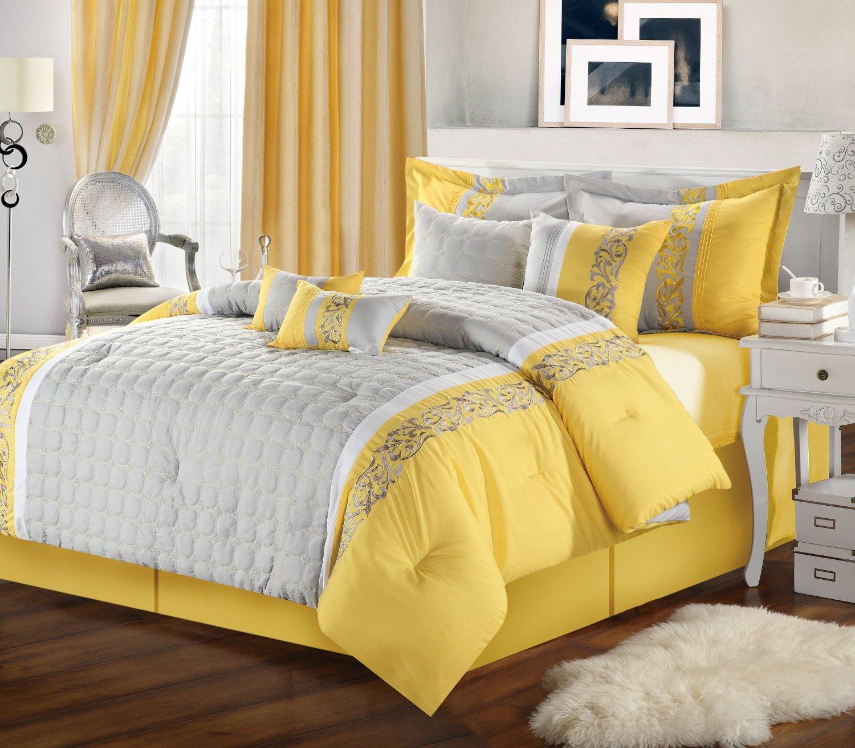 Коричневый пол в серо-желтой спальне