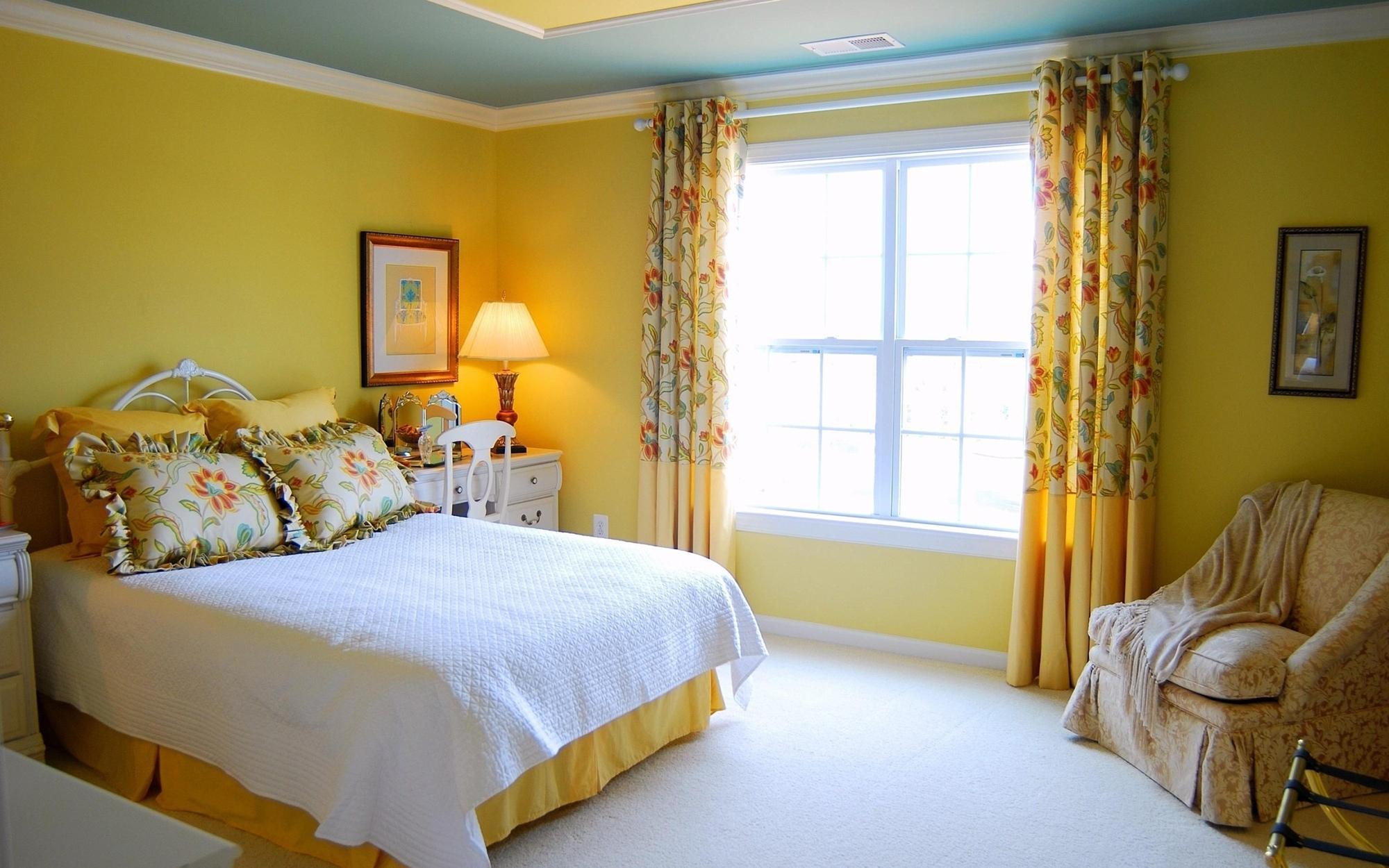 Желто-голубой потолок в спальне