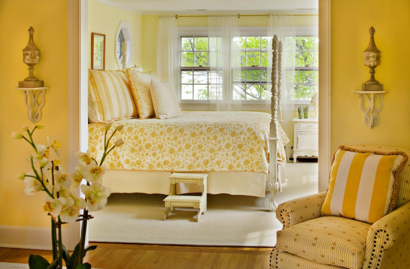 Бело-желтая спальня в стиле кантри