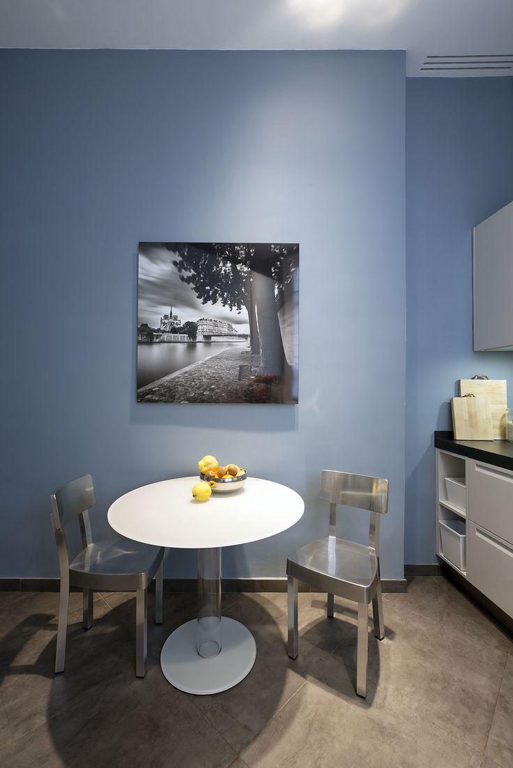 Кухня в голубых тонах со стальными стульями