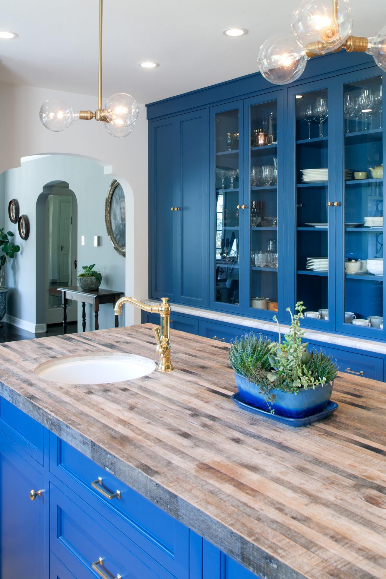 Кухня в голубых тонах со стеклянными шкафчиками