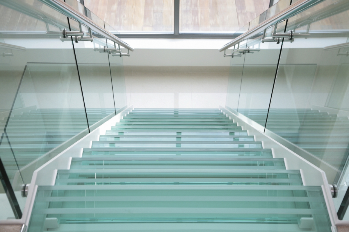 Широкая стеклянная лестница в интерьере