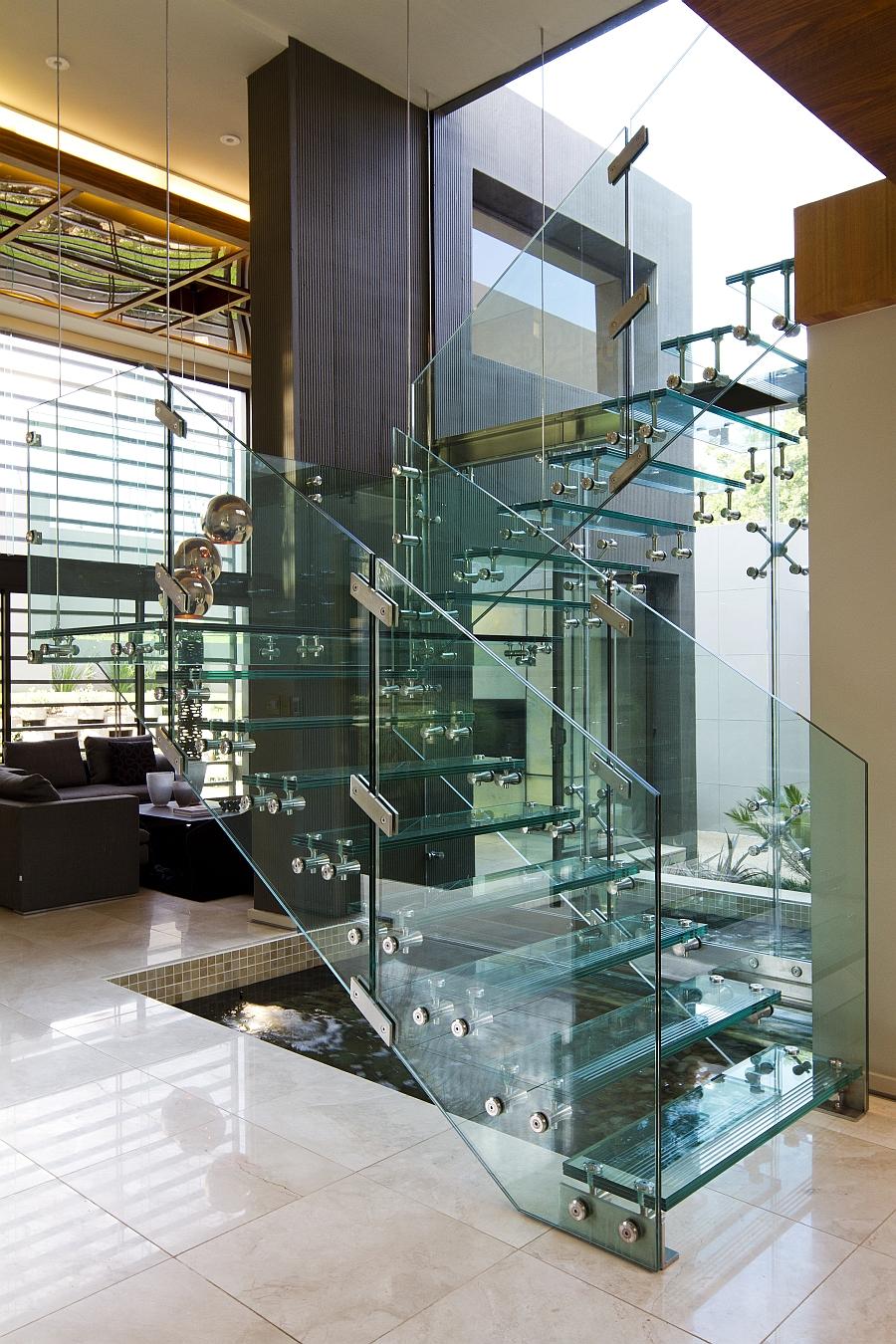 Прозрачная лестница из стекла в интерьере