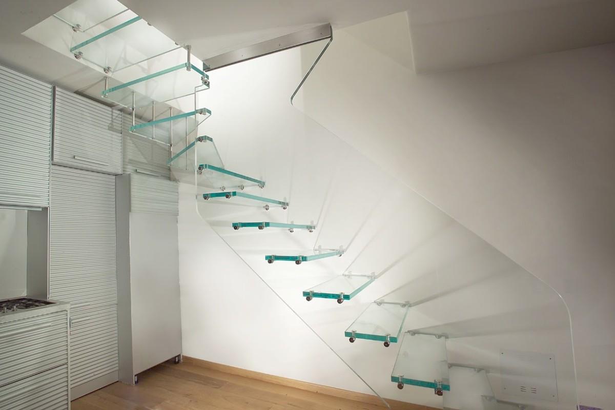 Комбинированная стеклянная лестница в интерьере