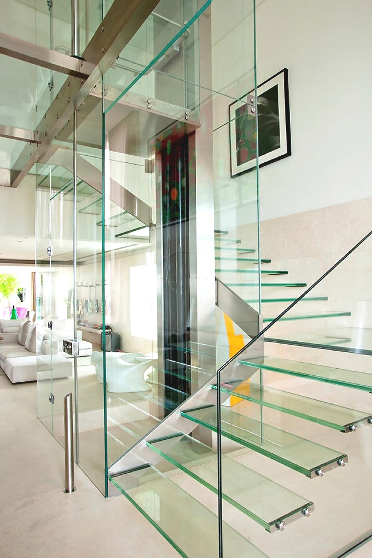 Необычная стеклянная поворотная лестница в интерьере дома