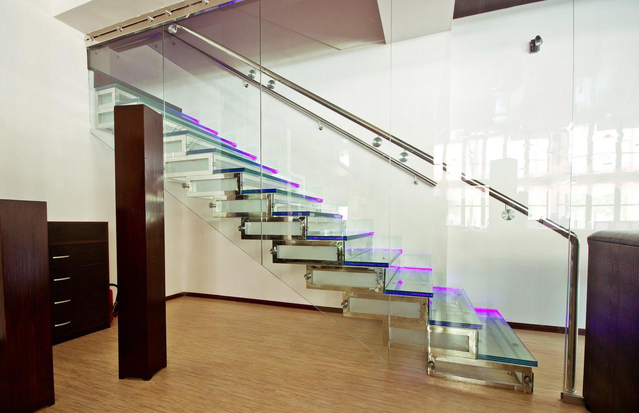 Лестница из стекла и металла с подсветкой в интерьере