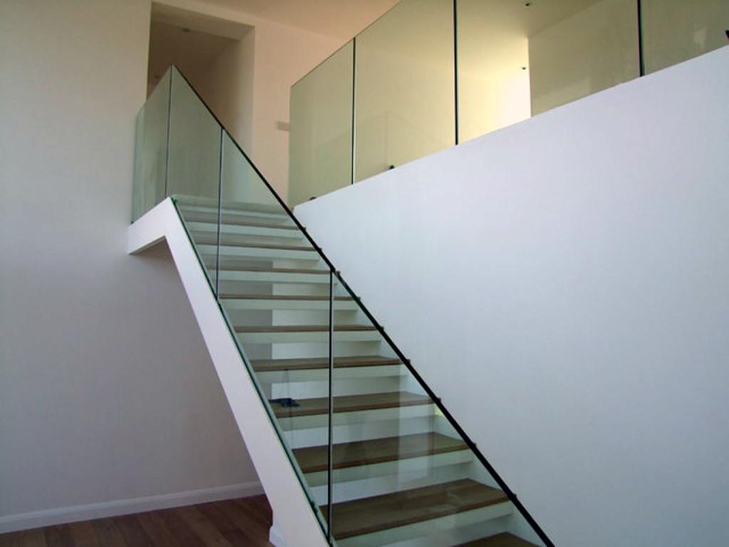 Лестница со стеклянным ограждением в доме
