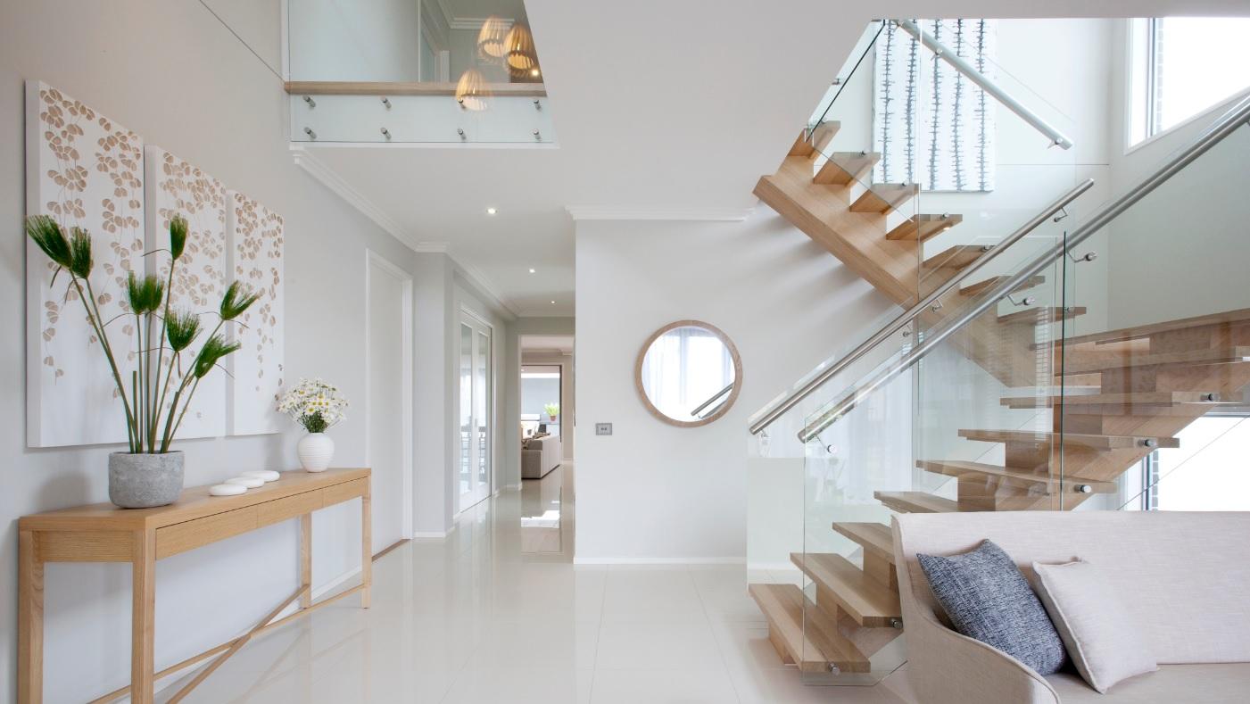 Лестница со стеклянными ограждениями в интерьере дома