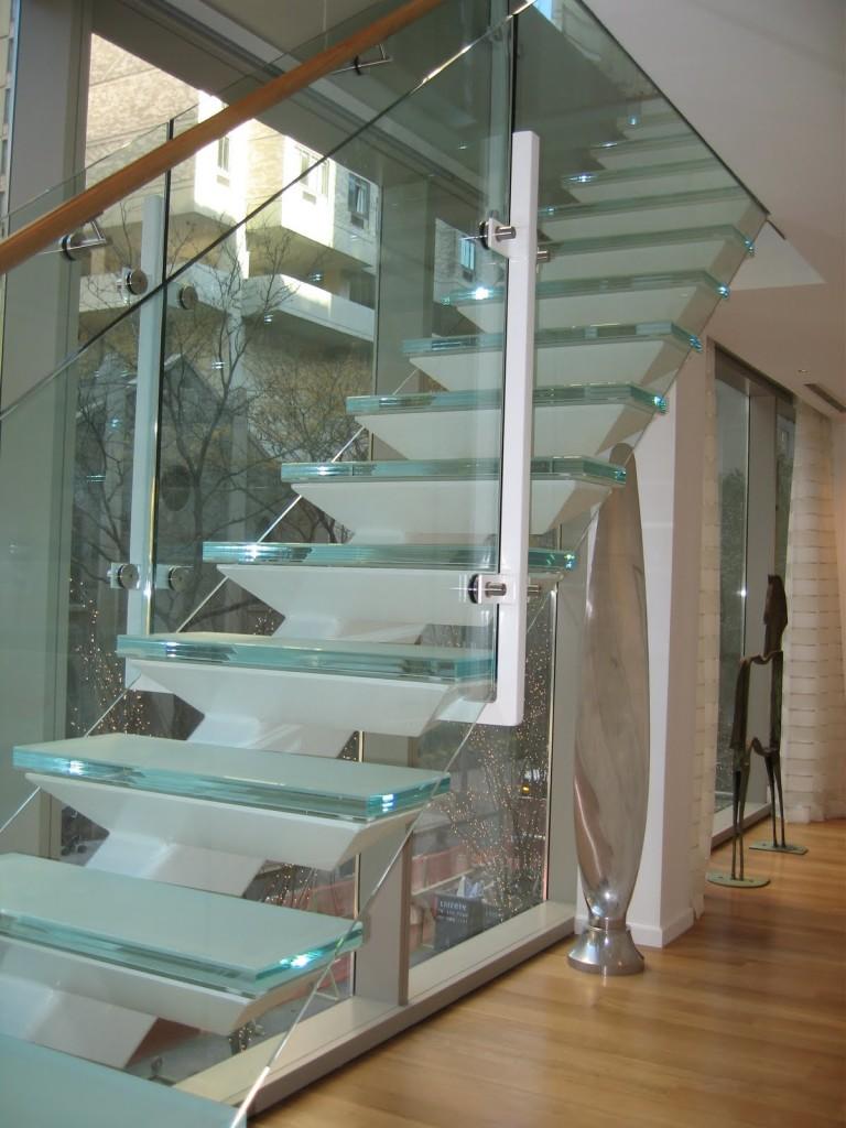 Узкая лестница из стекла и металла в интерьере дома