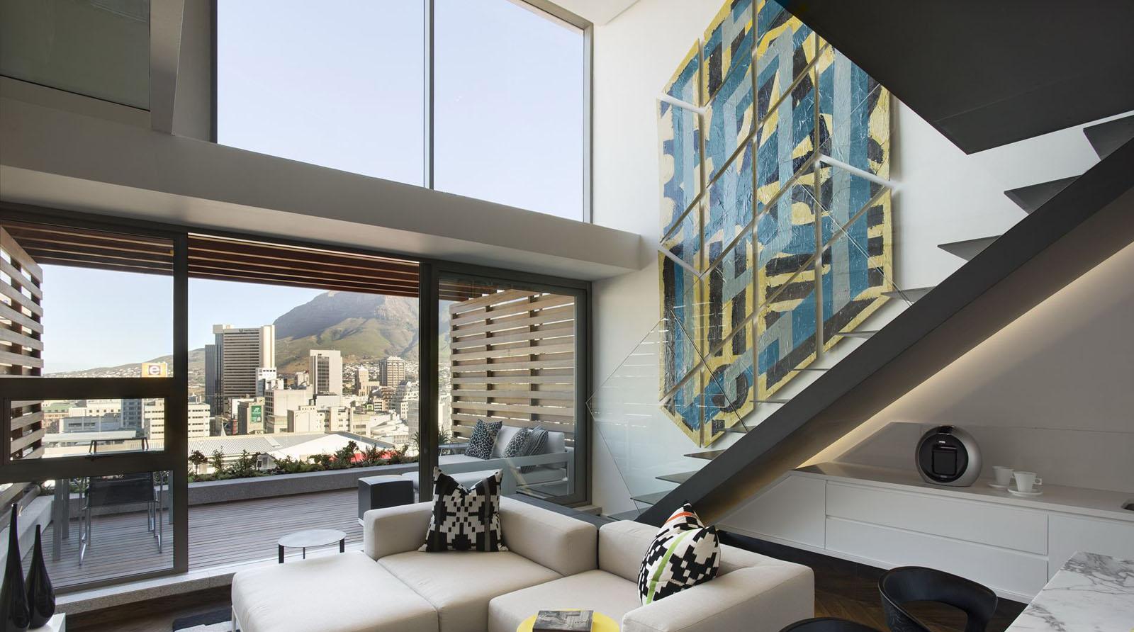 Современная лестница со стеклянным ограждением в интерьере квартиры