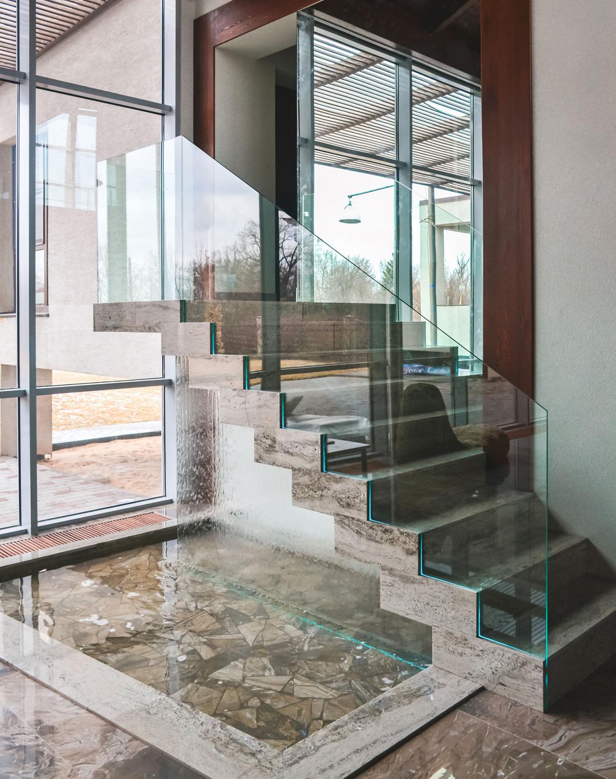 Стеклянная лестница с водопадом