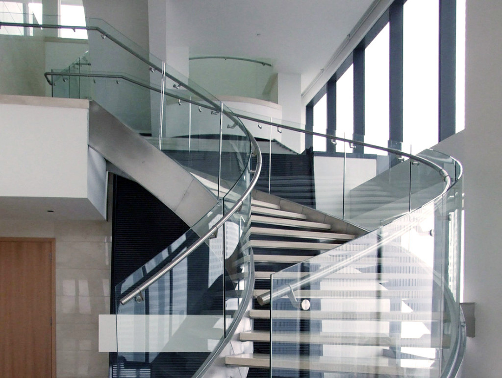 Лестница с изгибом и стеклянными ограждениями