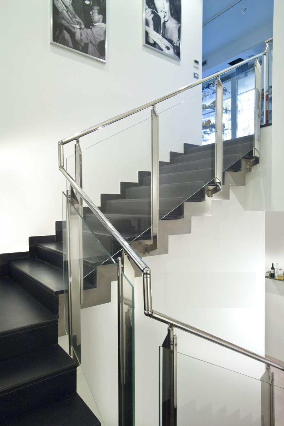 Черная лестница с ограждениями из стекла и металла