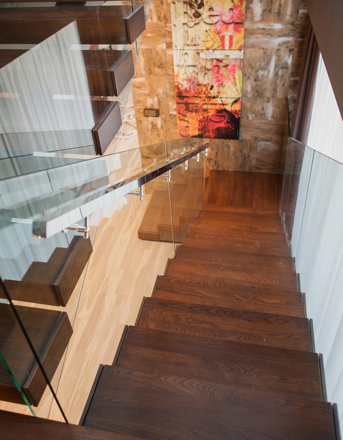 Красивая лестница со стеклянным ограждением
