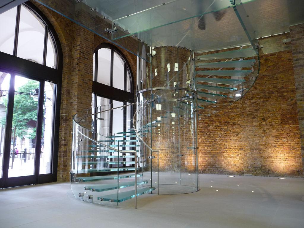 Оригинальная винтовая лестница из стекла и металла