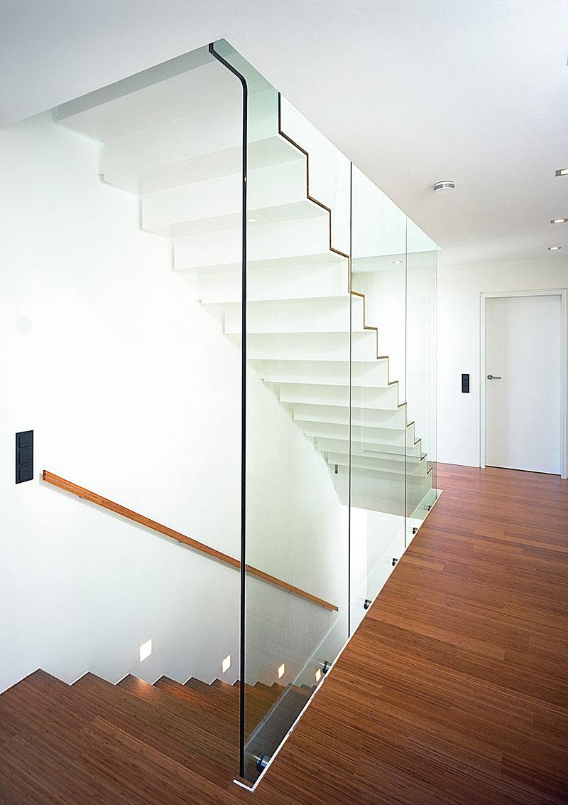 Современная лестница со стеклянными ограждениями