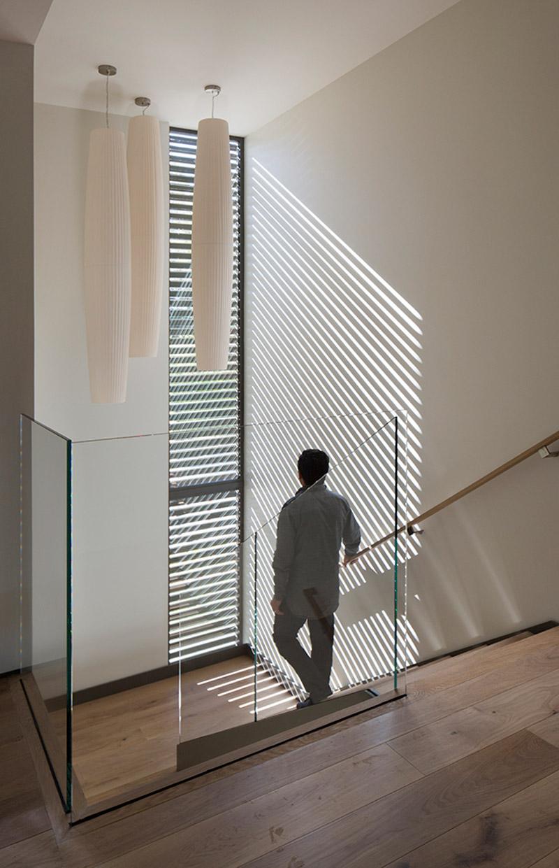 Коричневая лестница со стеклянным ограждением